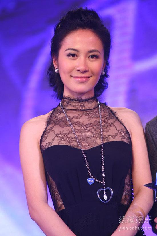 图:2010芭莎明星慈善夜 叶璇颁奖