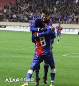 图文:[中超]上海1-2重庆 里亚斯科斯拥抱姜坤