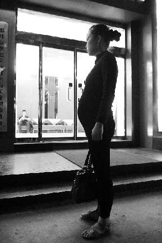 乍暖还寒,她却穿着凉鞋徘徊在郑州街头。 记者 邓万里/摄