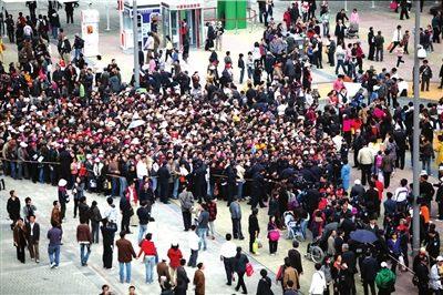 在世博会的B片区,大批游客排队等待进入各大场馆