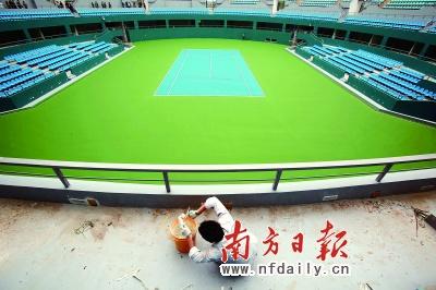 网球馆的工人正在施工,为亚运场馆6月竣工做准备。王亮摄