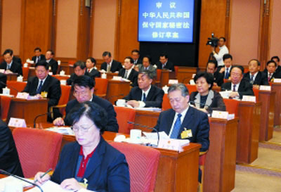 4月26日下午,十一届全国人大常委会第十四次会议在北京人民大会堂举行全体会议,听取关于保守国家秘密法、国家赔偿法、石油天然气管道保护法的审议、修改情况汇报以及台湾同胞投资保护法实施情况的报告等。任晨鸣 摄