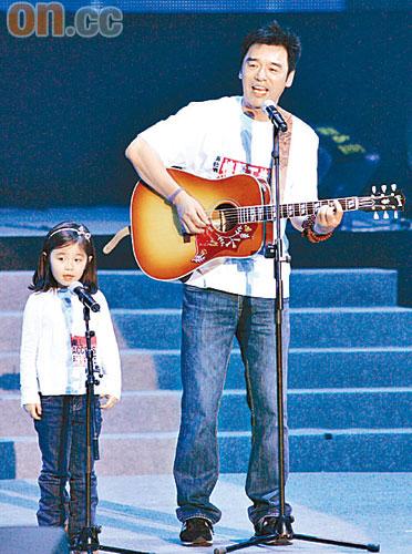 钟镇涛与女儿钟懿合唱筹款,赢得全场掌声。