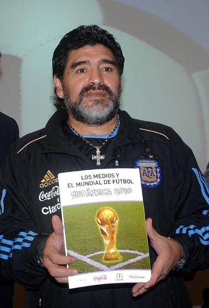 老马展示世界杯新书