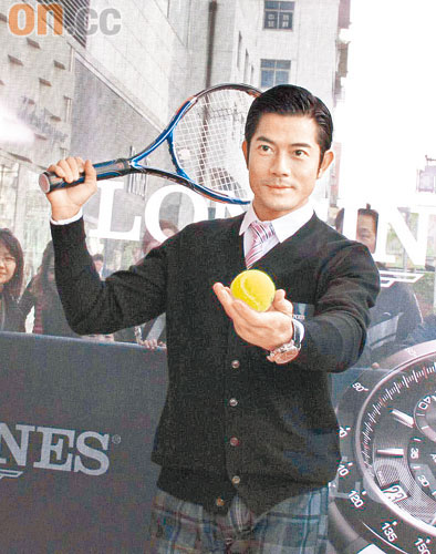 郭富城在网球上签名作义卖