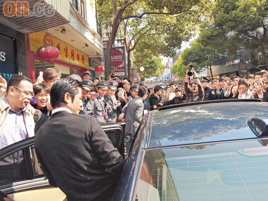 郭富城被大批粉丝包围