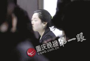 肇事女司机正在接受民警调查 记者 杨帆 摄