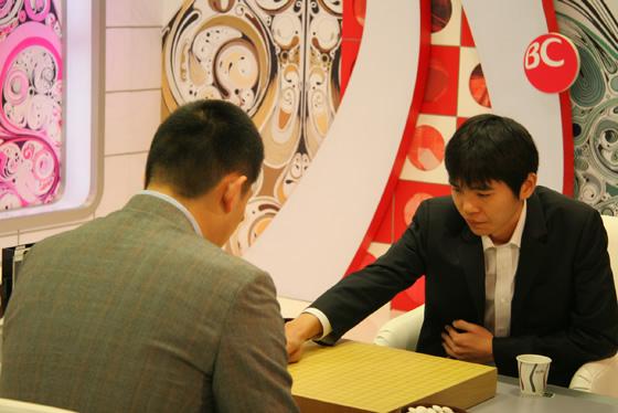 图文:BC卡杯决赛第三局对常昊 李世石落第一子