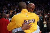 图文:[NBA]湖人战雷霆 老科比拥抱小科比
