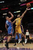 图文:[NBA]湖人战雷霆 费舍尔单手上篮