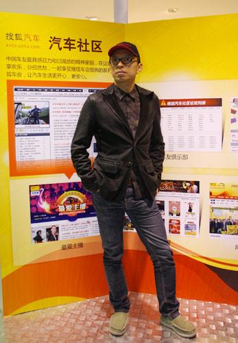 张朝阳在搜狐汽车展板前留影