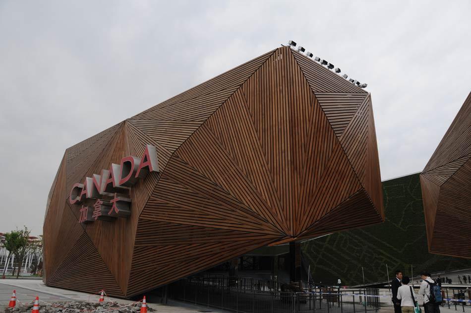 场馆由三个主体建筑构成,表面由加拿大运来的红杉树木板拼成.和