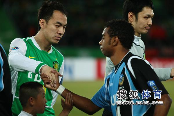图文:[亚冠]国安VS川崎 张永海握手