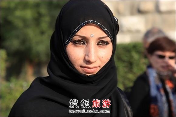 美丽的大马士革姑娘有着琥珀色的眼睛