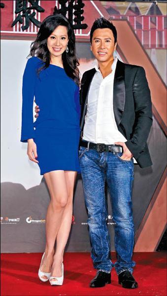 甄子丹携妻子出席电影宣传活动