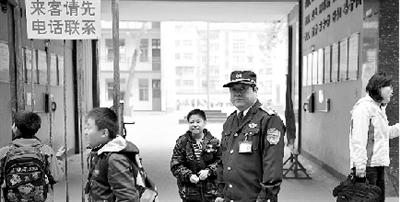 目前,郑州的中小学校都加强了安全防范措施。晚报记者 白韬/图