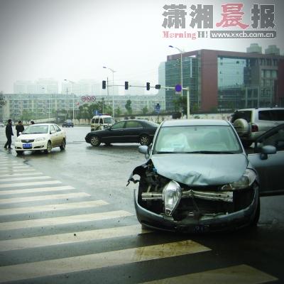 张庄子路口车祸视频_长沙男子54天在同一路口拍65起车祸图片(组图)-搜狐新闻