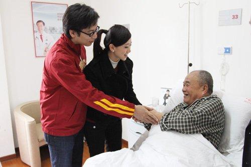 刘伦浩翁虹前往医院探望病人