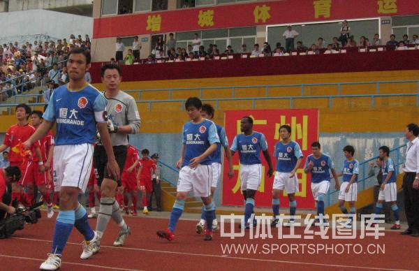图文:[中甲]广州1-0安徽 队员进场