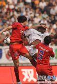 图文:[中超]重庆0-1杭州 拉米雷斯遭到侵犯