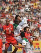图文:[中超]重庆0-1杭州 杜威与拉米雷斯合抢