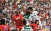图文:[中超]重庆0-1杭州 杜威挣到头球