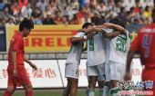 图文:[中超]重庆0-1杭州 杭州庆祝进球