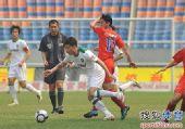 图文:[中超]重庆0-1杭州 激烈拼抢