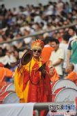 图文:[中超]重庆0-1杭州 球迷唐僧造型