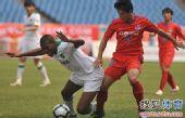图文:[中超]重庆0-1杭州 胡伟放倒对手