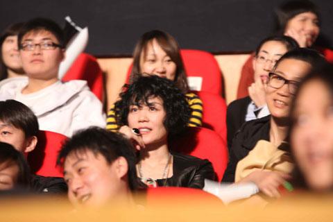 王菲欣赏陈奕迅演唱会,身旁不见李亚鹏