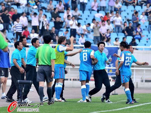 图文:[中超]江苏3-3山东 江苏队庆祝进球