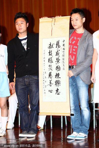 图文:体操队与香港学生交流 李小鹏杨威展示