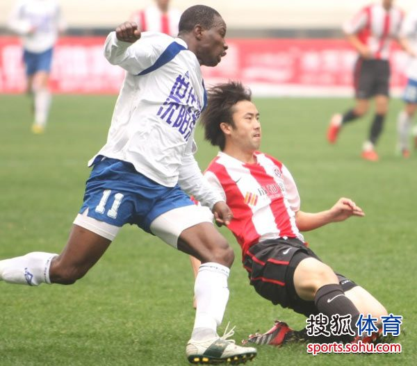图文:[中甲]沈阳0-0成都 刘宇倒地铲球