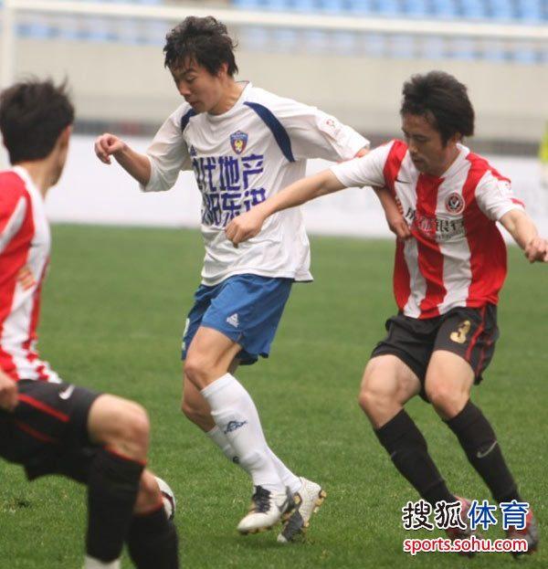 图文:[中甲]沈阳0-0成都 刘宇张浩对抗