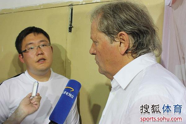 图文:[中超]南昌2-2天津 阿里汉接受采访