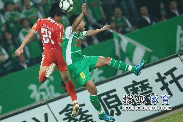 图文:[中超]北京VS青岛 徐亮姜宁争顶