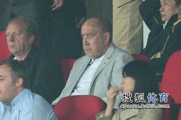 图文:[中超]北京1-1青岛 克劳琛观战凝神