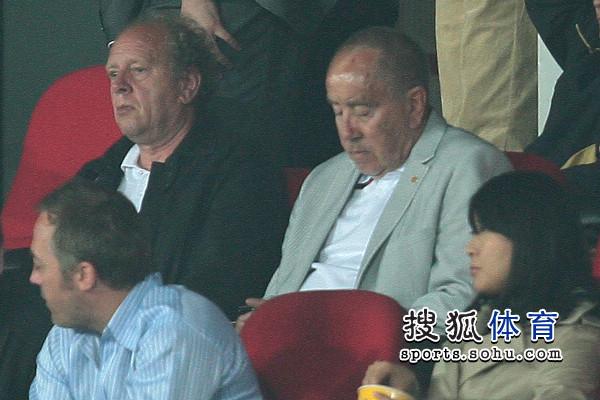 图文:[中超]北京1-1青岛 克劳琛就座