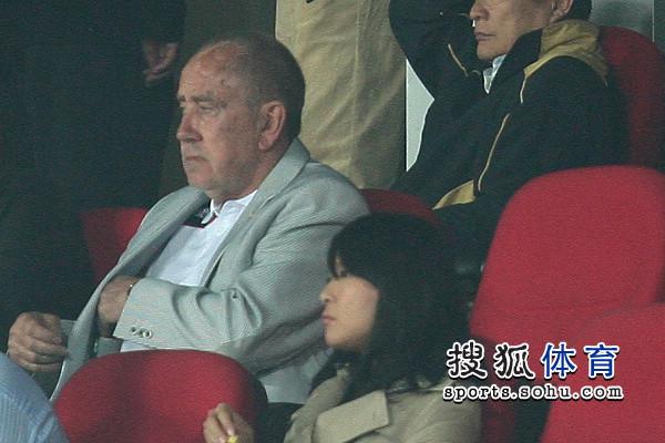 图文:[中超]北京1-1青岛 克劳琛观战