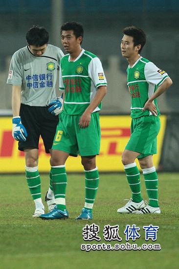 图文:[中超]北京1-1青岛 徐亮无奈