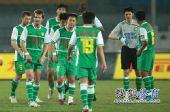 图文:[中超]北京1-1青岛 杨智无奈