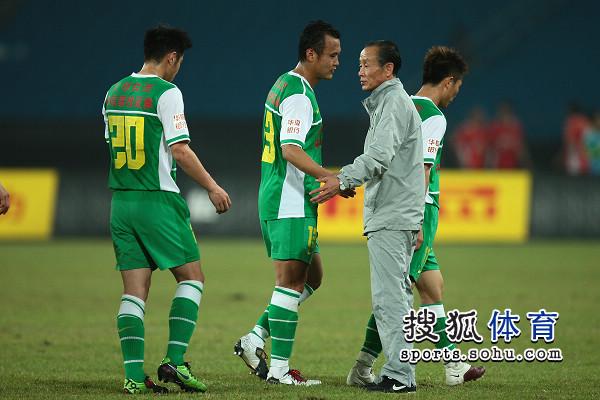 图文:[中超]北京1-1青岛 洪元硕鼓励队员