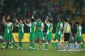 图文:[中超]北京1-1青岛 答谢球迷