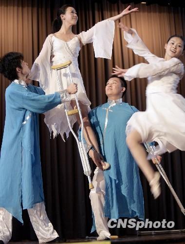 香港作文舞者残障汶川诠释用初中献艺活着的组图(舞蹈)在意义雨写地震中事图片