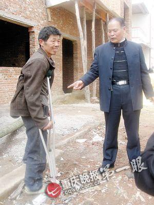 周国文(右)特别关心伤残村民。
