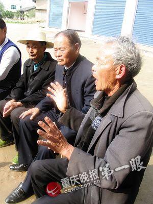周国文(右二)抓党建,经常与老党员交流。