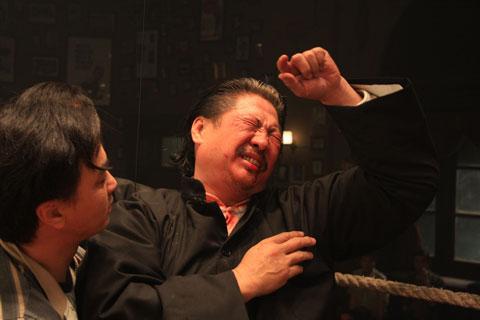 洪金宝不慎中了对手一记重拳,当场晕倒!