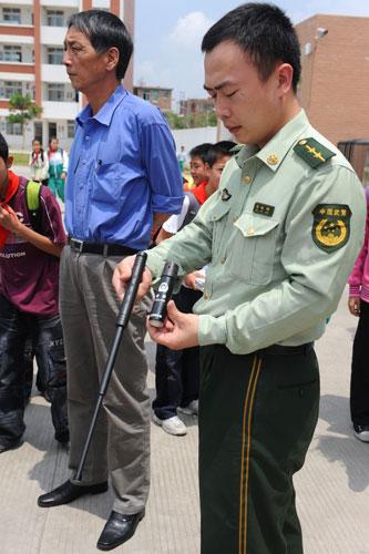 福建泉州小学配发伸缩警棍和抓