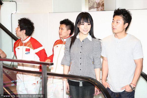 图文:体操队香港团体购物 刘璇与李小鹏微笑